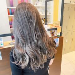 ミルクティーアッシュ セミロング グレージュ ストリート ヘアスタイルや髪型の写真・画像