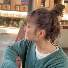 セミロング ブリーチカラー ラベンダーアッシュ お団子ヘア ヘアスタイルや髪型の写真・画像