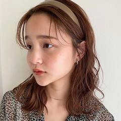 ミディアム ゆるふわパーマ ベージュ カチューシャ ヘアスタイルや髪型の写真・画像