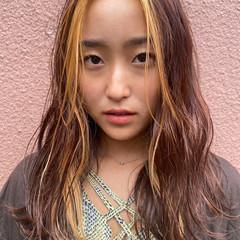 ロング ポイントカラー ピンクベージュ ストリート ヘアスタイルや髪型の写真・画像