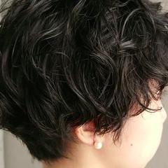 ショート 黒髪 パーマ アウトドア ヘアスタイルや髪型の写真・画像
