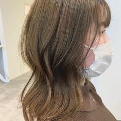 ミルクティーベージュ 艶髪 セミロング オリーブベージュ ヘアスタイルや髪型の写真・画像