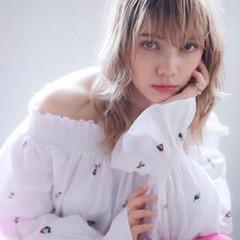 ミルクティーベージュ 透明感カラー ロング フェミニン ヘアスタイルや髪型の写真・画像