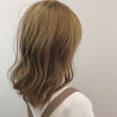 セミロング ハイトーン 巻き髪 かわいい ヘアスタイルや髪型の写真・画像