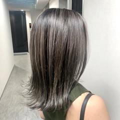 ハイライト ミディアム 外ハネ アッシュグレージュ ヘアスタイルや髪型の写真・画像