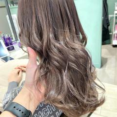 ミルクティーグレージュ ミディアム フェミニン グレージュ ヘアスタイルや髪型の写真・画像