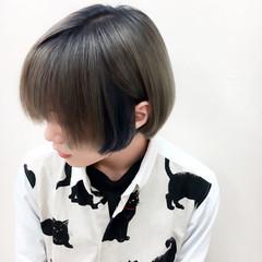 インナーカラー シルバーアッシュ マッシュ ブルー ヘアスタイルや髪型の写真・画像