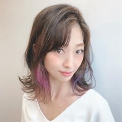 インナーカラーパープル ブリーチ セミロング 波巻き ヘアスタイルや髪型の写真・画像