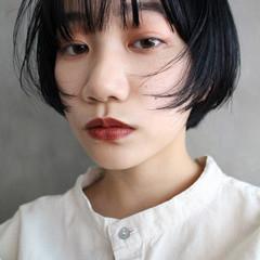 ショートヘア ネイビーブルー ショートボブ ナチュラル ヘアスタイルや髪型の写真・画像