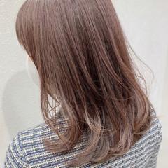 ピンクベージュ フェミニン うる艶カラー ミディアムレイヤー ヘアスタイルや髪型の写真・画像