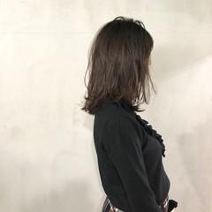 ミディアム ミディアムヘアー ミディアムレイヤー オリーブアッシュ ヘアスタイルや髪型の写真・画像