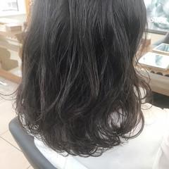 オフィス ゆるふわ ミディアム フェミニン ヘアスタイルや髪型の写真・画像
