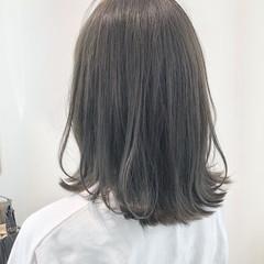 セミロング グレージュ 外ハネボブ ダークグレー ヘアスタイルや髪型の写真・画像