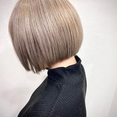 ブリーチカラー プラチナブロンド ボブ 切りっぱなしボブ ヘアスタイルや髪型の写真・画像
