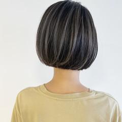 ミニボブ ナチュラル コントラストハイライト 切りっぱなしボブ ヘアスタイルや髪型の写真・画像