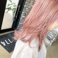 ミディアム ハイトーンカラー ピンクアッシュ フェミニン ヘアスタイルや髪型の写真・画像