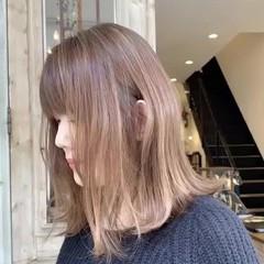 ベージュ 大人ハイライト 外ハネボブ 切りっぱなしボブ ヘアスタイルや髪型の写真・画像