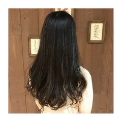 アッシュベージュ イルミナカラー ツヤツヤ ロング ヘアスタイルや髪型の写真・画像