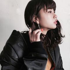 セミロング イルミナカラー 簡単ヘアアレンジ 波ウェーブ ヘアスタイルや髪型の写真・画像
