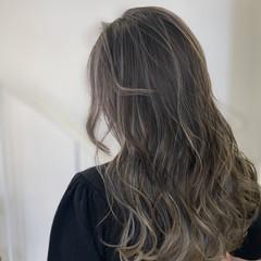 ホワイトシルバー バレイヤージュ ミルクティーベージュ イルミナカラー ヘアスタイルや髪型の写真・画像