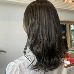 グレージュ セミロング オリーブアッシュ ナチュラル ヘアスタイルや髪型の写真・画像