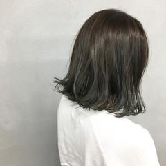 ミディアム 外ハネ 切りっぱなし ナチュラル ヘアスタイルや髪型の写真・画像