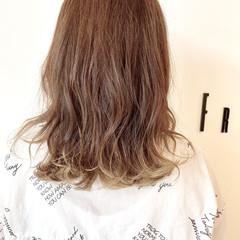 コテ巻き セミロング ブリーチオンカラー ブリーチ ヘアスタイルや髪型の写真・画像