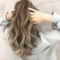 ロング グレージュ バレイヤージュ ミルクティーベージュ ヘアスタイルや髪型の写真・画像