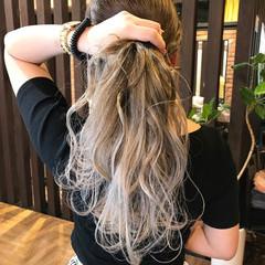 ウェーブ シルバーアッシュ グレージュ シルバー ヘアスタイルや髪型の写真・画像
