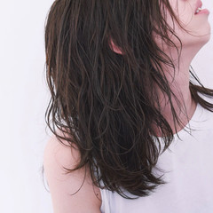 アンニュイほつれヘア ナチュラル レイヤー パーマ ヘアスタイルや髪型の写真・画像