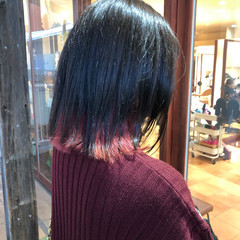 インナーカラーレッド ナチュラル ミディアム ピンク ヘアスタイルや髪型の写真・画像