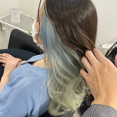 セミロング 派手髪 ブルー インナーカラー ヘアスタイルや髪型の写真・画像