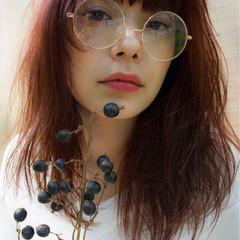 セミロング アッシュ レッド ゆるふわ ヘアスタイルや髪型の写真・画像