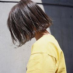 くすみカラー アンニュイほつれヘア 切りっぱなしボブ 透明感 ヘアスタイルや髪型の写真・画像