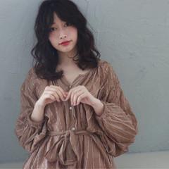 ミディアム 暗髪 ニュアンス フェミニン ヘアスタイルや髪型の写真・画像