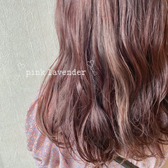 ミディアム ピンクベージュ ピンクパープル ピンクラベンダー ヘアスタイルや髪型の写真・画像