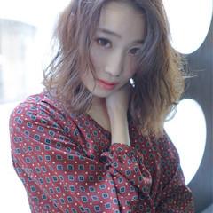 色気 ミディアム フェミニン アッシュ ヘアスタイルや髪型の写真・画像