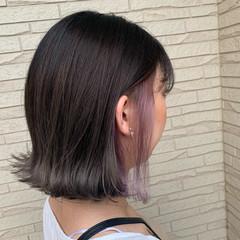 アッシュグレー インナーカラー 切りっぱなしボブ インナーカラーパープル ヘアスタイルや髪型の写真・画像
