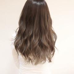 外国人風 グレージュ グラデーションカラー 透明感 ヘアスタイルや髪型の写真・画像