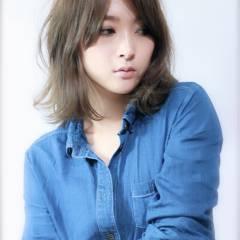 外国人風 フェミニン ミディアム スモーキーアッシュ ヘアスタイルや髪型の写真・画像