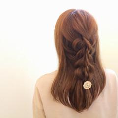 ヘアアレンジ セミロング フェミニン 編み込み ヘアスタイルや髪型の写真・画像