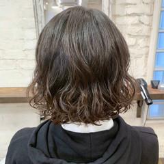 ゆるふわパーマ コテ巻き風パーマ  切りっぱなしボブ ヘアスタイルや髪型の写真・画像