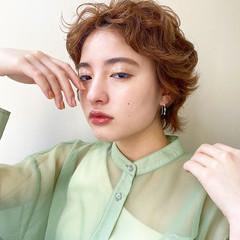 フェミニン ショート ベリーショート ハイトーンカラー ヘアスタイルや髪型の写真・画像