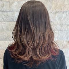 オリーブベージュ セミロング インナーカラー ゆる巻き ヘアスタイルや髪型の写真・画像