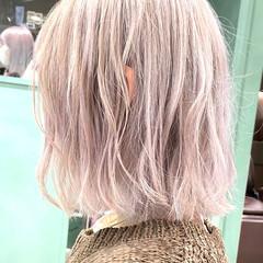 フェミニン ミディアム ホワイトアッシュ ホワイトカラー ヘアスタイルや髪型の写真・画像