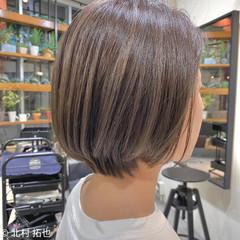 ナチュラル ショートボブ ハイトーンカラー シアーベージュ ヘアスタイルや髪型の写真・画像