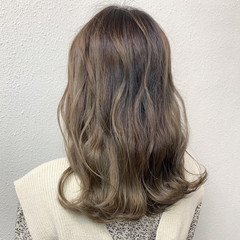 バレイヤージュ セミロング ブリーチ グレージュ ヘアスタイルや髪型の写真・画像