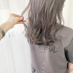 ナチュラル ラベンダーグレージュ ミディアムレイヤー グレージュ ヘアスタイルや髪型の写真・画像