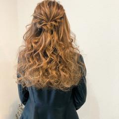 ねじり ハーフアップ フェミニン 結婚式 ヘアスタイルや髪型の写真・画像