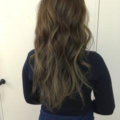 アッシュベージュ 3Dハイライト ロング フェミニン ヘアスタイルや髪型の写真・画像